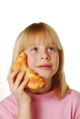 Niña sujetando un pan.