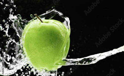 Foto op Canvas Opspattend water Fresh green apple underwater