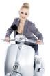 Beauty Frau auf Roller startet durch und lacht