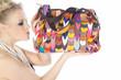 Beauty Frau küsst modische bunte Handtasche