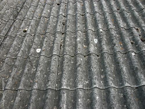 gewellte dachpappe mit vogeldreck in krofdorf gleiberg von martin debus lizenzfreies foto. Black Bedroom Furniture Sets. Home Design Ideas