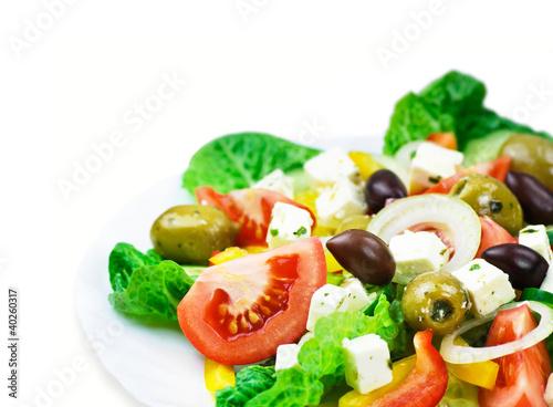 frischer Salat vor weißem Hintergrund