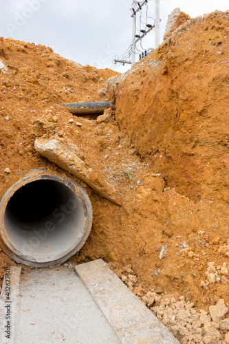 Digging drains to prevent flooding - 40262760