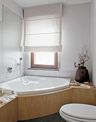 vasca da bagno angolare in un bagno moderno