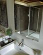 dettaglio di lavabo con rubinetto acciaio