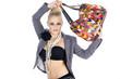 Beauty Frau mit modische bunte Handtasche blickt cool