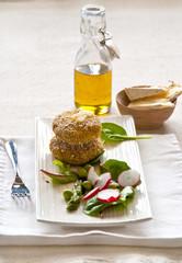 Polpette di quinoa e piselli ripieni di formaggio.