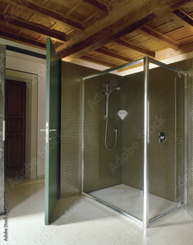 box doccia di vetro in un  bagno moderno in mansarda
