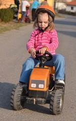 bébé avec tracteur