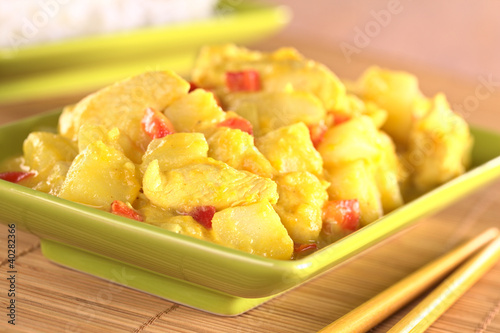 Chicken-mango curry with red bell pepper and potatoes