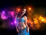 orientalische Tänzerin vor Bokeh-Hintergrund