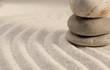 galets zen en équilibre dans le sable réflexion