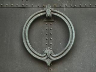 Graziler Türklopfer einer schweren Eisentür
