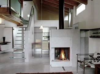 soggiorno moderno con camino acceso in mansarda