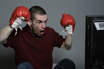 homme regardant match de boxe à la télévision