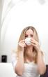 Frau genießt Tee
