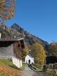Bergdorf im Herbst, vertikal