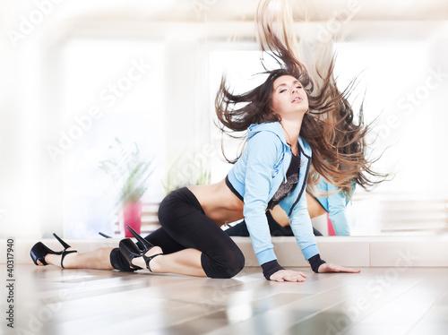girl dansing streap dance