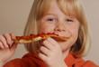 Niña feliz comiendo pizza,comida rápida.