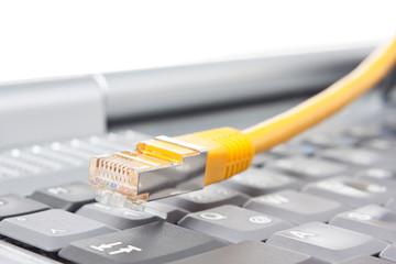 Laptop-Tastatur und Lan-Kabel
