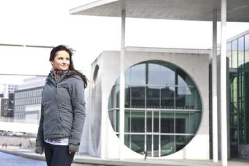 Frau vor einem Gebäude in Berlin