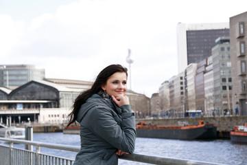 junge Frau steht am Ufer der Havel in Berlin