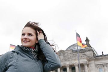 Frau vor dem berliner Reichstag