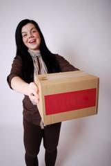 Junge Frau mit Paket