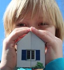 Kind mit Modellhaus