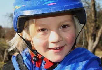 Kind mit blauem Helm