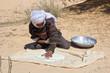 Homme préparant le pain traditionnel tunisien