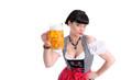 Junge Frau im Dirndl prostet mit Bierkrug