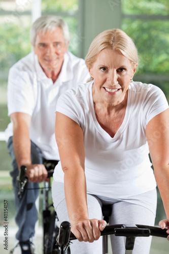 Senioren trainieren im Fitnesscenter