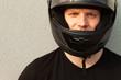 junger mann mit motorradhelm