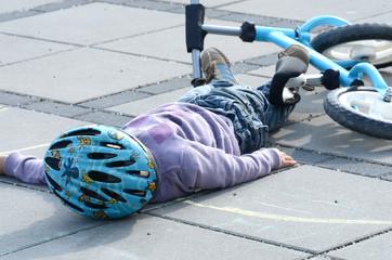Kleines Kind ist gestürzt
