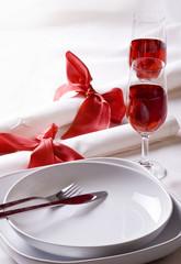 Nakrycie stołowe z kieliszkami wina