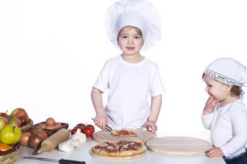 Junge Kinder servieren Pizza zum essen