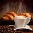 Cappuccino con cornetti freschi