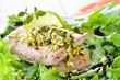 Wildlachs auf Blattsalat