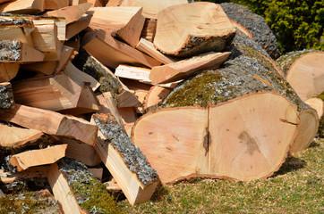 Holz hacken Feuerholz Esche Laubholz