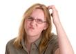 Frau mit Brille kratzt sich fragend am Kopf