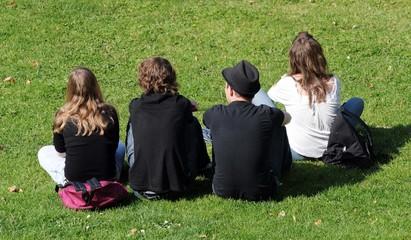 les quatre jeunes assis