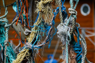 Corde annodate appese ad una barca marrone