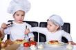 Kind klaut von Schwester Spaghetti vom Teller