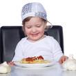Junges Kind freut sich über Spaghetti