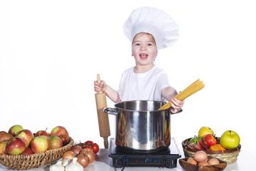 Kind Koch hat die Idee Spaghetti zu kochen
