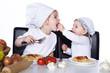 Schwester füttert ihre Schwester mit Spaghetti