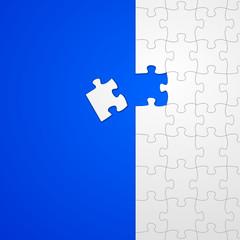 puzzle auf tischdecke blauer hintergrund I