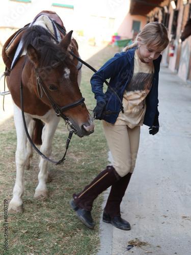 bambina ripone pony nel box