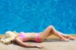 Detaily fotografie dívka u bazénu